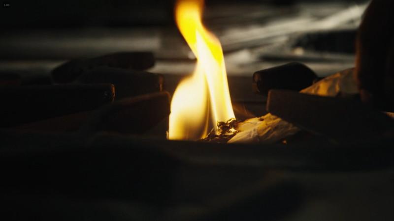 火が映ったナプキンをコンロに移す