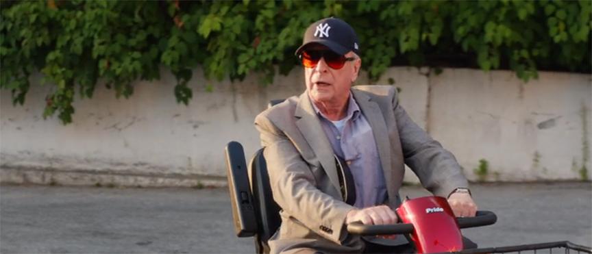 ジーサンズ はじめての強盗:老人用電動カートで逃走するマイケル・ケイン