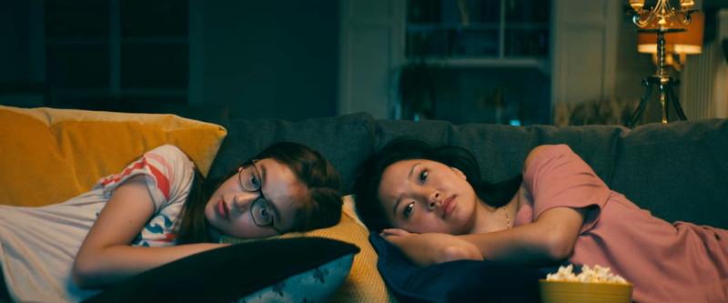 一緒に映画を観るララジーンとキティー