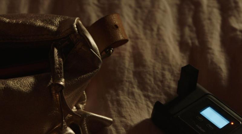 """【80点】Netflix独占「ル・シャレー 離れた13人」評価と感想、考察:""""誰か""""は、このバッグからスマホを取り出した"""