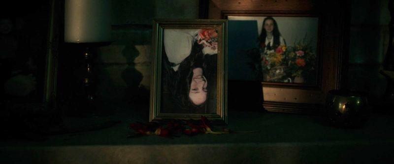 忍び込んだ直後、娘の写真が上下反転しているのに気づく