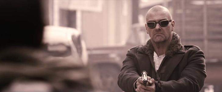 「ザ・ウォーカー」の考察。イーライは盲目か。最後の男は誰か。:イーライと対峙し、何も言わず銃を下すレドリッジ