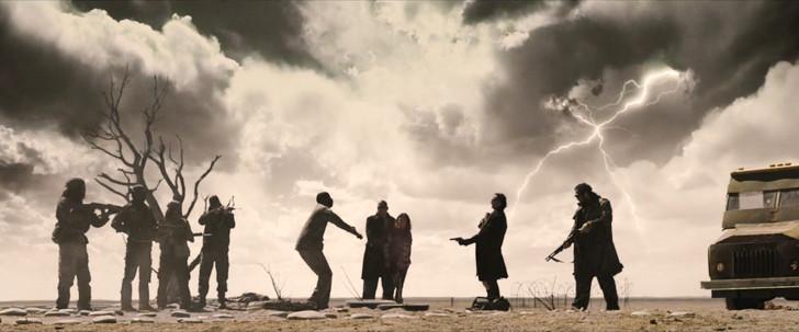 「ザ・ウォーカー」の考察。イーライは盲目か。最後の男は誰か。:カーネギーがイーライを撃った直後、後ろで稲妻が走る