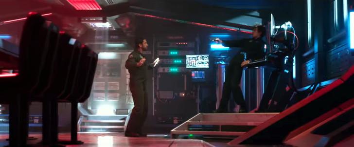 「ジオストーム」感想:敵の工作員に銃を向けられるジェイク