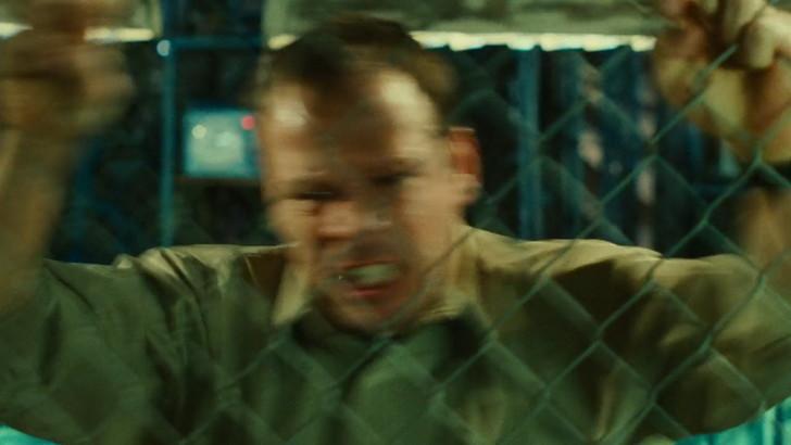 金網に掴みかかり、クレイマーへの怒りを表す演出