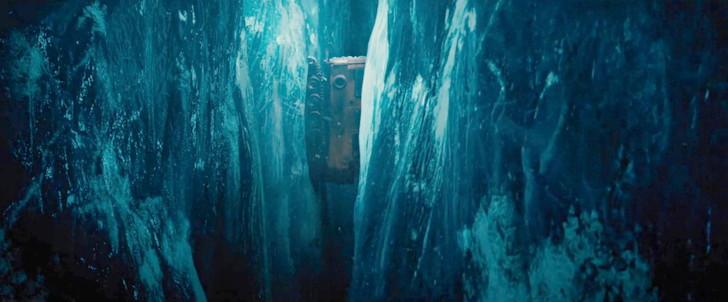 「遊星からの物体X ファーストコンタクト」:オープニングの亀裂の隙間に落下するシーン