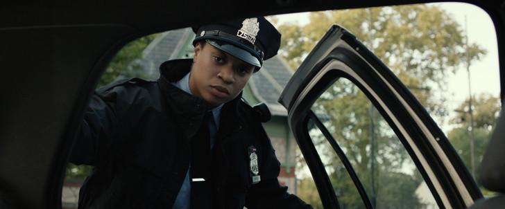 「スプリット」感想と考察:そんなケイシーを不思議そうに見つめる警官