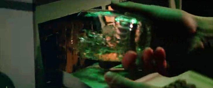 遊星からの物体X:コンピュータにお酒を流し込むマック