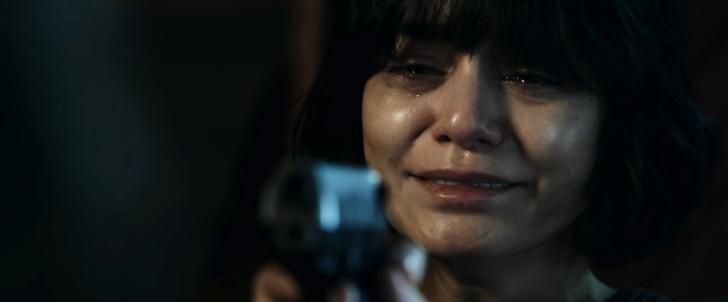 【85点】ベテラン殺し屋vs若手刺客集団「ポーラー 狙われた暗殺者」評価と感想【Netflix】:カイザーに銃を向けるカミーユ